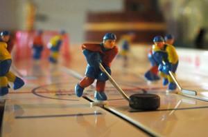 Bordshockey - Vi tror att Vanna kommer att tjäna grova pengar på att spela bordshockey! (bild knäppt av Anders 2004)
